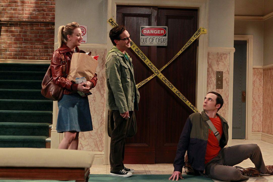 Bei ihnen herrscht gerne das Chaos: Leonard (Johnny Galecki, M.), Sheldon (Jim Parsons, r.) und Penny (Kaley Cuoco, l.) ... - Bildquelle: Warner Bros. Television
