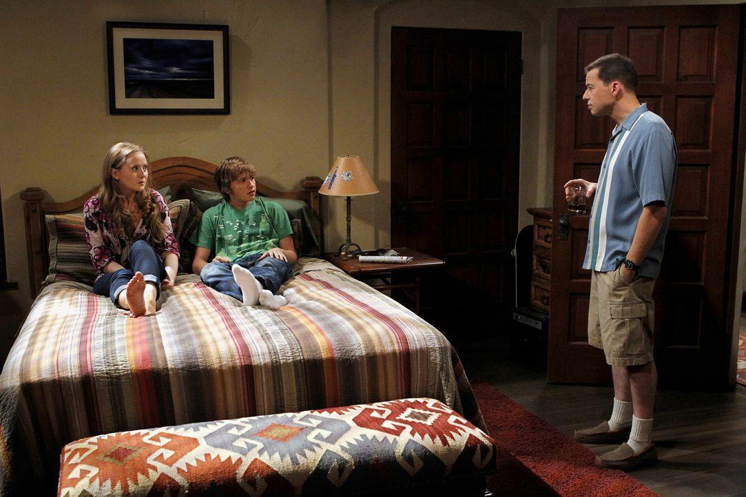 Alan (Jon Cryer, r.) entwickelt über Charlies Verlust eine tiefe Persönlichkeitskrise, die darin gipfelt, dass er sich selbst für Charlie hält u... - Bildquelle: Warner Brothers Entertainment Inc.