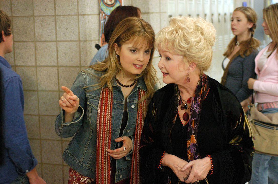 Nehmen den Kampf gegen den bösen Ritter auf: Aggie (Debbie Reynolds, r.) und Enkelin Marnie (Kimberly Brown, l.) ? - Bildquelle: The Disney Channel