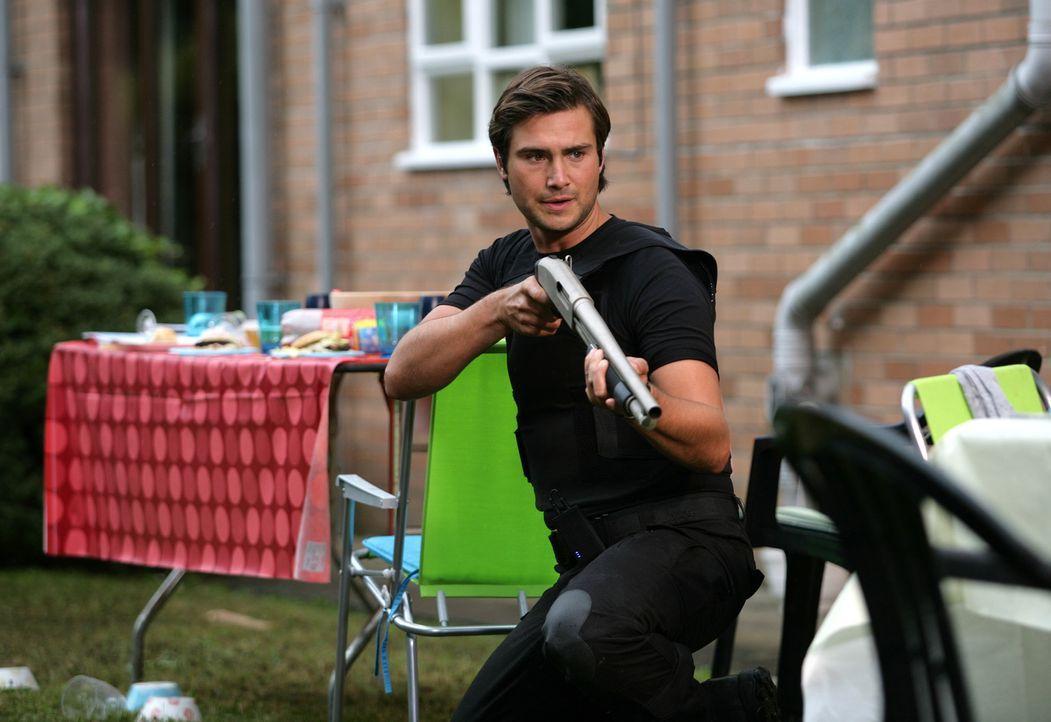 Versucht gemeinsam mit Abby und Matt, Connor aus den Fängen eines gigantischen Insekts zu retten: Becker (Ben Mansfield) ... - Bildquelle: ITV Plc