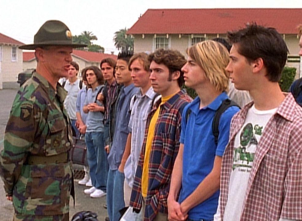 Nachdem Malcolm ihm die Freundin ausgespannt hat, beschließt Reese (Justin Berfield, r.) zur Armee zu gehen. Ob das eine gute Entscheidung ist? - Bildquelle: TM +   2000 Twentieth Century Fox Film Corporation. All Rights Reserved.