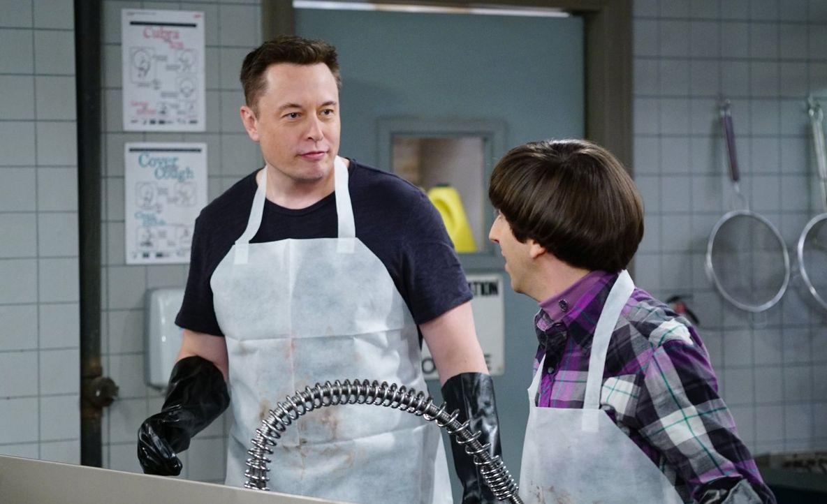 In der Suppenküche trifft Howard (Simon Helberg, r.) auf Elon Musk (Elon Musk, l.). Ein ganz besonderer Moment für ihn ... - Bildquelle: 2015 Warner Brothers