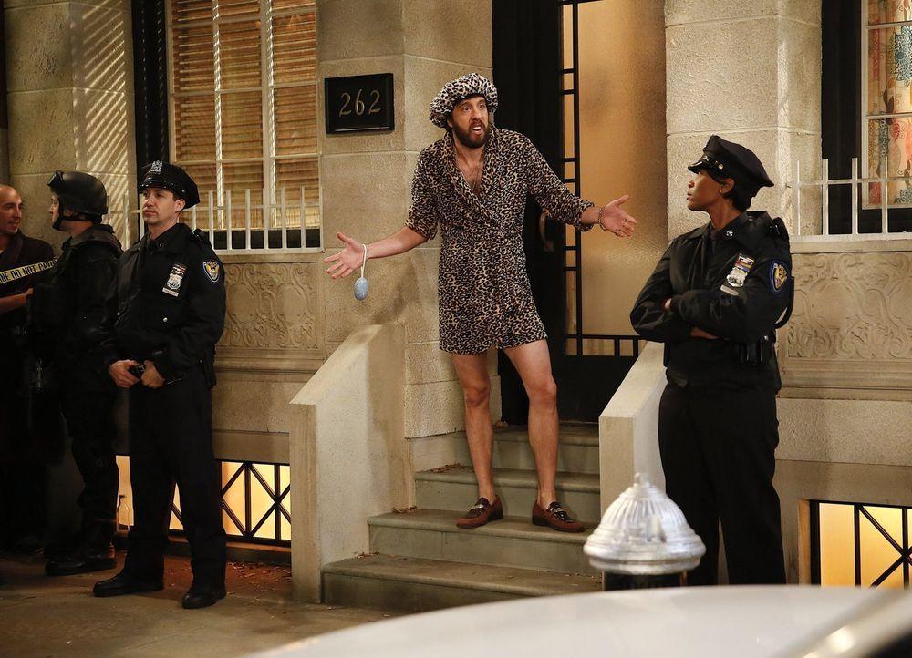 Der Polizeieinsatz überrascht Oleg (Jonathan Kite, M.) zu einem denkbar unglücklichen Zeitpunkt ... - Bildquelle: Warner Bros. Television