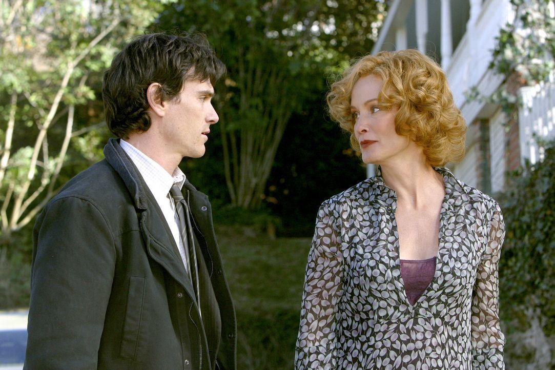 Immer wieder versucht Sandy (Jessica Lange, r.) bei ihrem Sohn Will (Billy Crudup, l.) Verständnis für den Vater zu erwirken. Dieser jedoch bricht... - Bildquelle: 2004 Sony Pictures Television International. All Rights reserved.