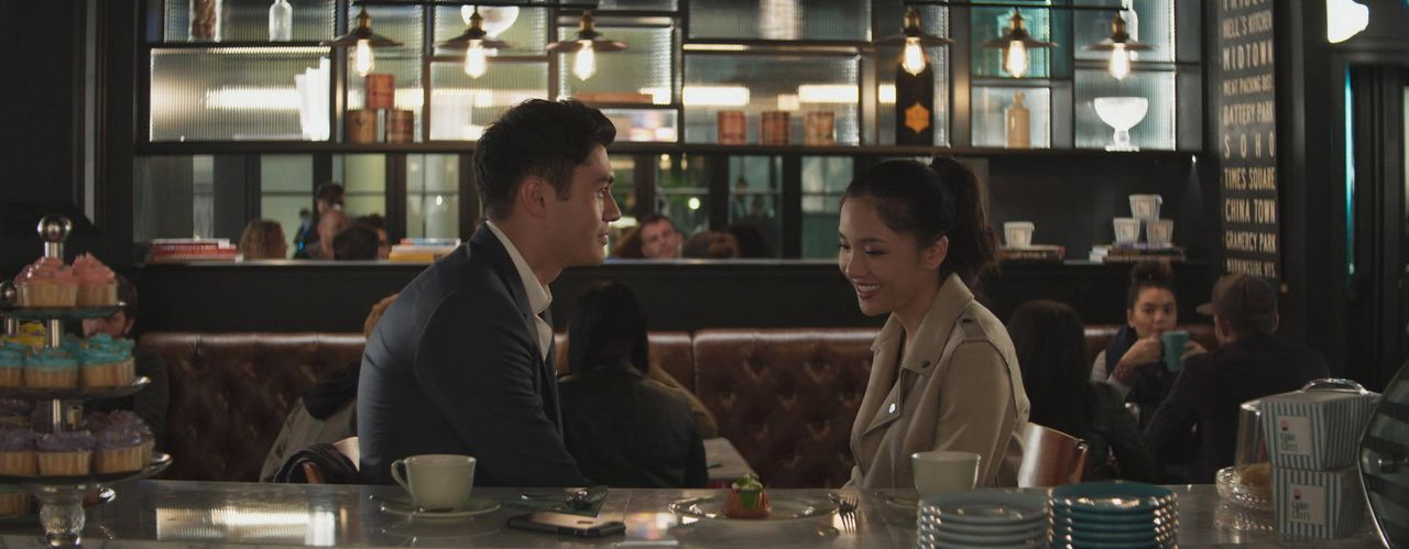 Nick Young (Henry Golding, l.); Rachel Chu (Constance Wu, r.) - Bildquelle: Warner Bros. Entertainment Inc. and Kimmel Distribution LLC.