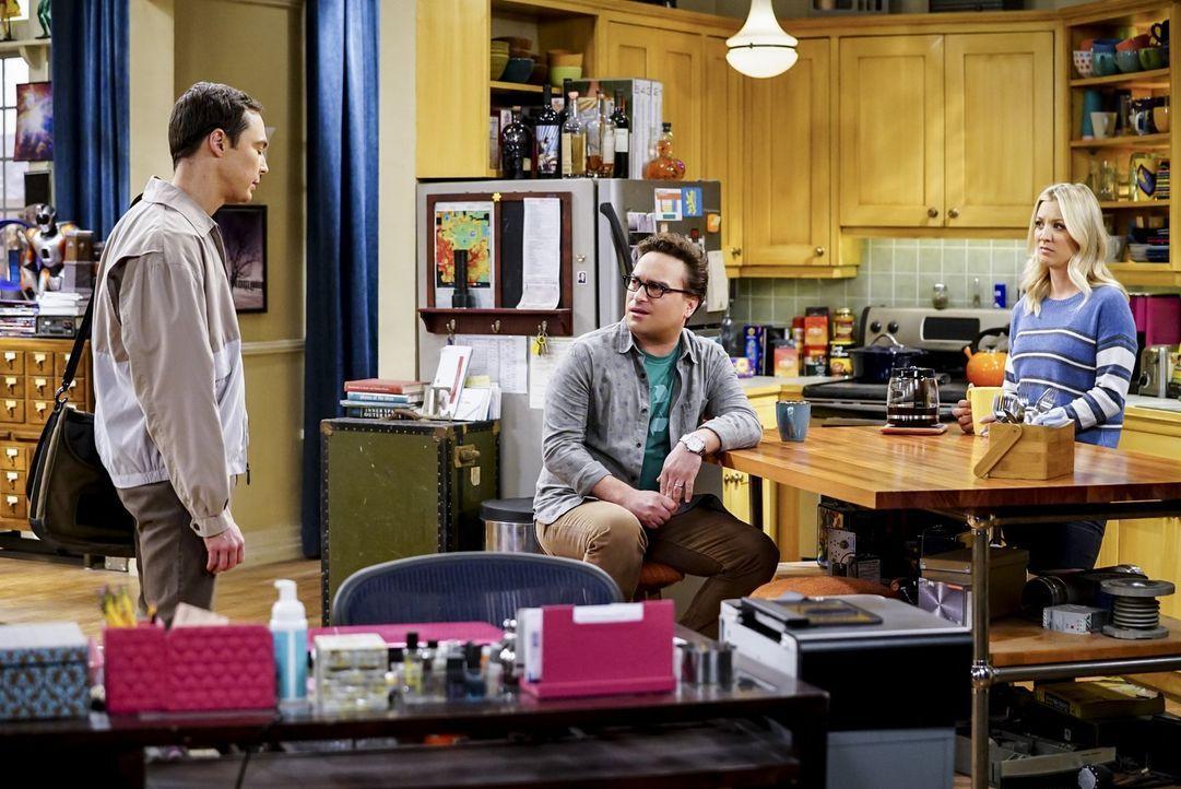 Sheldon (Jim Parsons, l.) trägt seit geraumer Zeit ein Geheimnis mit sich herum und ist froh, als Leonard (Johnny Galecki, M.) und Penny (Kaley Cuoc... - Bildquelle: Warner Bros. Television