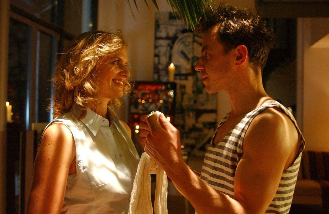 Während der Erkrankung ihres Mannes (Felix Eitner, r.) findet Julie (Gunda Ebert, l.) den Jungen wieder, in den sie sich einst verliebte. Doch urpl... - Bildquelle: Elke Werner ProSieben