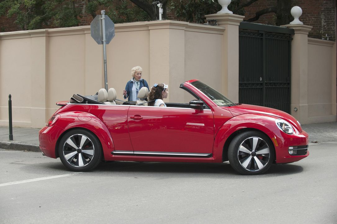 Für die Passanten ist es ganz schön irritierend, als ein Auto ohne Fahrer an ihnen vorbeifährt. Sie ahnen nicht, dass neben Cleo (Rowan Blanchard) i... - Bildquelle: 2015 Disney Enterprises, Inc. All rights reserved.