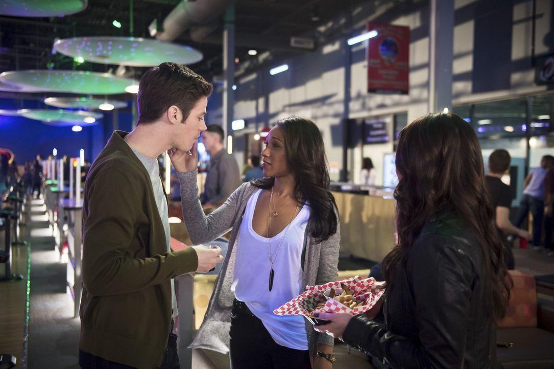 Iris (Candice Patton, M.) lädt Linda (Malese Jow, r.) und Barry (Grant Gustin, l.) zu einem Doppel-Date ein. Doch ist das wirklich eine gute Idee? - Bildquelle: Warner Brothers.
