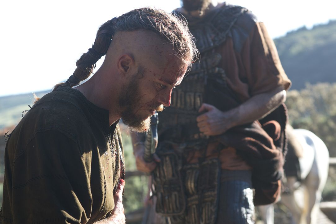 Muss erleben, wie alle, die ihm nahestehen, in die Vernichtungspläne des hemmungslosen Stammesführers Earl Haraldson geraten: Ragnar (Travis Fimmel)... - Bildquelle: 2013 TM TELEVISION PRODUCTIONS LIMITED/T5 VIKINGS PRODUCTIONS INC. ALL RIGHTS RESERVED.