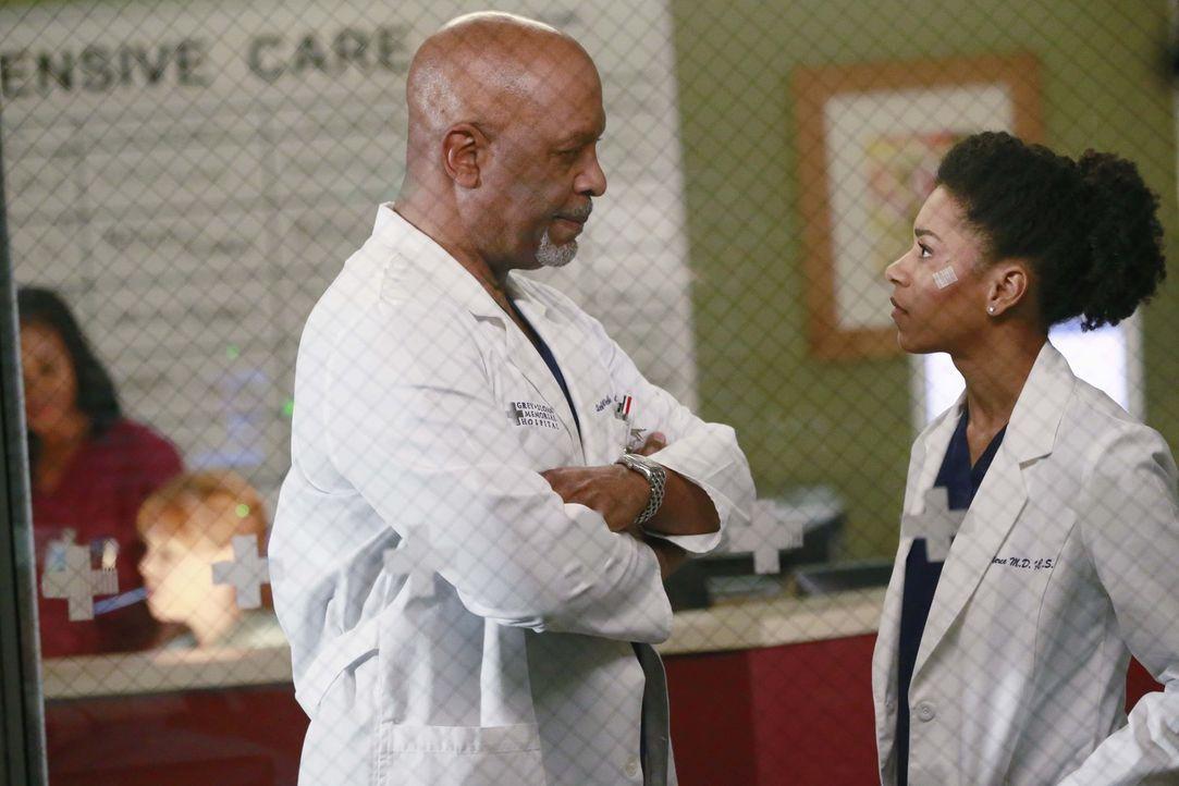 Während der gesundheitliche Zustand eines Patienten dafür sorgt, dass sich Richard (James Pickens Jr., l.) und Maggie (Kelly McCreary, r.) angeregt... - Bildquelle: ABC Studios