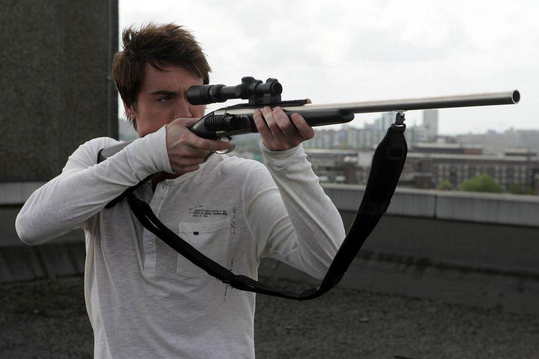Stephen (James Murray) versucht eine Flugechse zu betäuben, damit sie sie dann töten und untersuchen können ... - Bildquelle: ITV Plc
