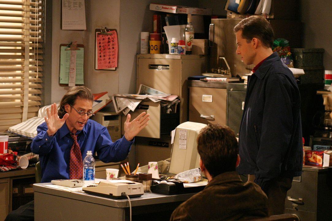 Charlie (Charlie Sheen, M.) und Alan (Jon Cryer, r.) sind von Stans (Richard Lewis, l.) Verhalten geschockt ... - Bildquelle: Warner Brothers Entertainment Inc.