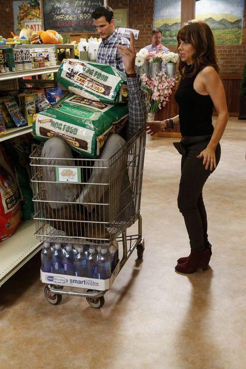 Während ein Einkauf im Supermarkt für George (Jeremy Sisto, l.) und Nora (Natasha Leggero, r.) zu einem Versteckspiel wird, ist Tessa sauer auf Lisa... - Bildquelle: Warner Brothers