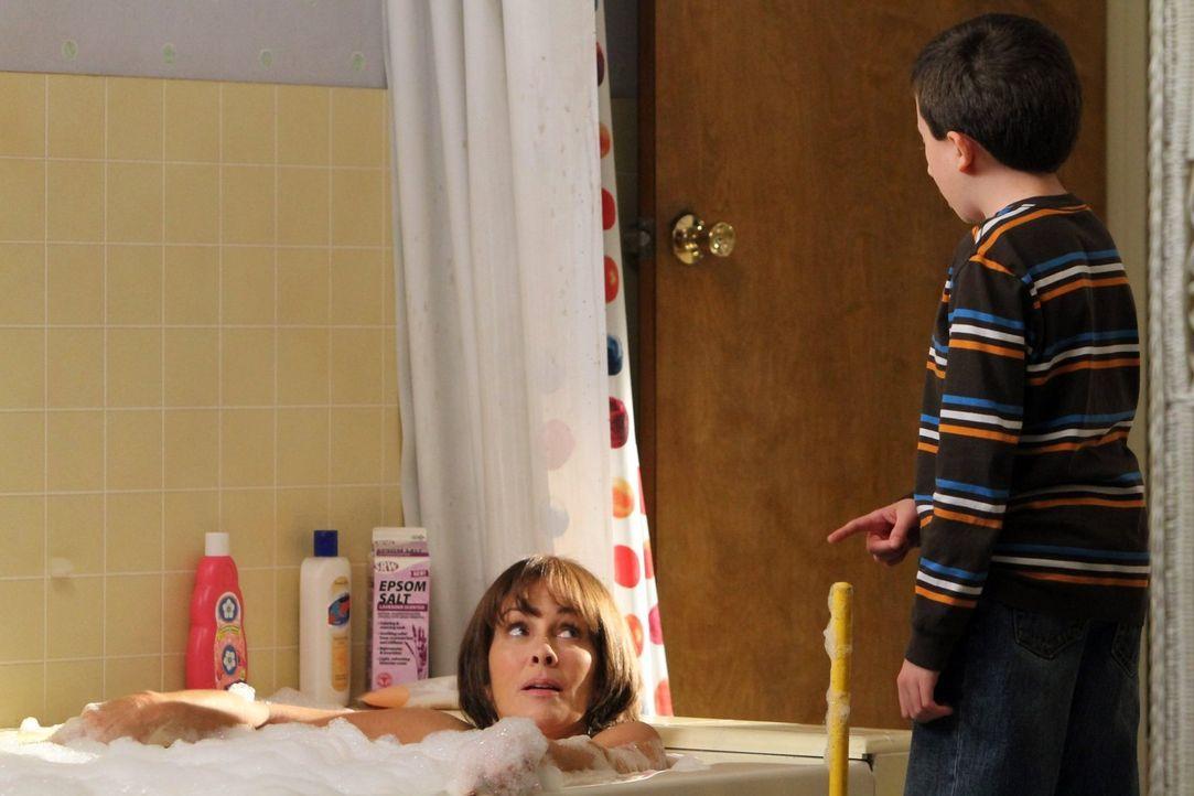 Brick (Atticus Shaffer, r.) entschließt sich, all die alten Ammenmärchen, die ihm Frankie (Patricia Heaton, l.) so über die Jahre aufgeschwatzt hat,... - Bildquelle: Warner Brothers