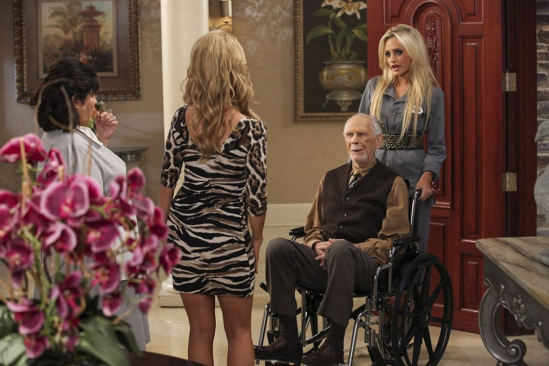 Dallas (Cheryl Hines, 2.v.l.) und Carmen (Bunnie Siler, l.) sind von Dalias (Carly Chaikin, r.) Zukunftsplänen, die mit Harold (Jack Donner, 2.v.r.)... - Bildquelle: Warner Brothers
