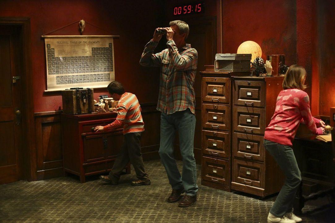 """Die Hecks (v.l.n.r.: Atticus Shaffer, Neil Flynn, Eden Sher) lösen einen Gutschein für ein """"Escape Room""""-Spiel ein und wollen unbedingt die Bestzeit... - Bildquelle: Warner Bros."""