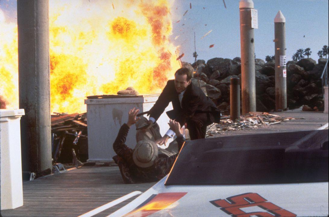 Um an eine lebenswichtige Information zu kommen, lässt sich FBI-Agent Sean Archer (Nicolas Cage, hinten) auf eine spektakuläre Operation ein, in der... - Bildquelle: Touchstone Pictures