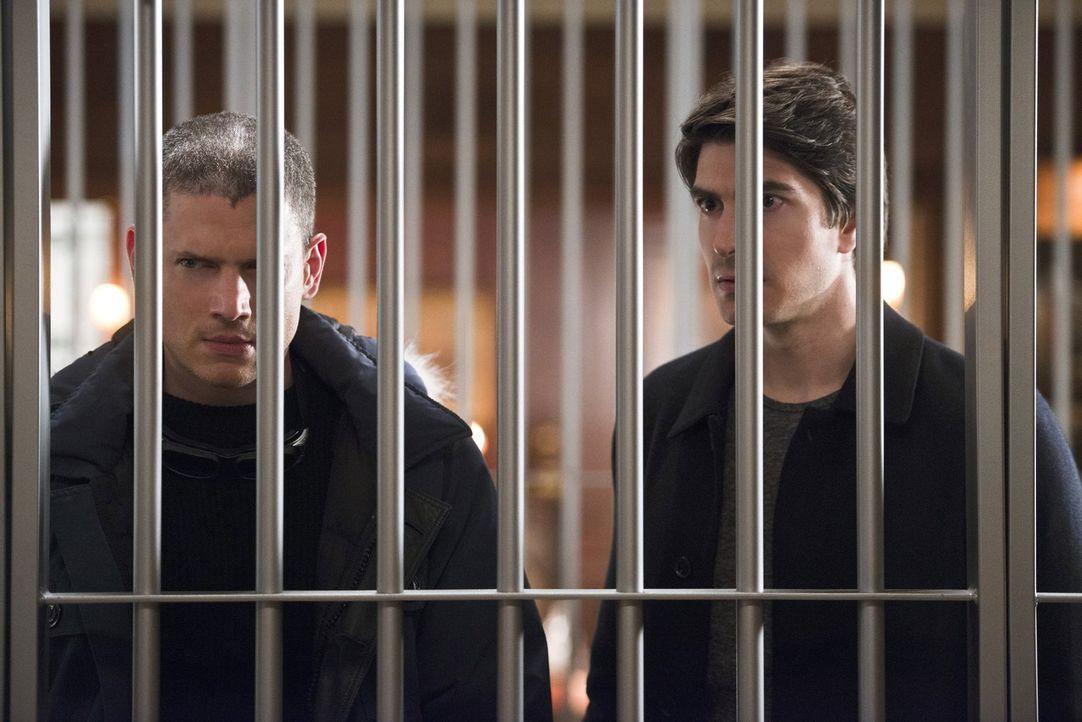 Snart alias Captain Cold (Wentworth Miller, l.) und Ray alias Atom (Brandon Routh, r.) machen sich auf die Suche nach einem antiken Dolch, doch dann... - Bildquelle: 2015 Warner Bros.