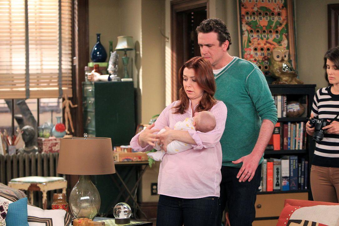 Während Ted sich mit Victoria, einer Ex-Freundin, trifft, ist Robin (Cobie Smulders, r.) damit beschäftigt, das perfekte Bild von Marshall (Jason Se... - Bildquelle: 20th Century Fox International Television