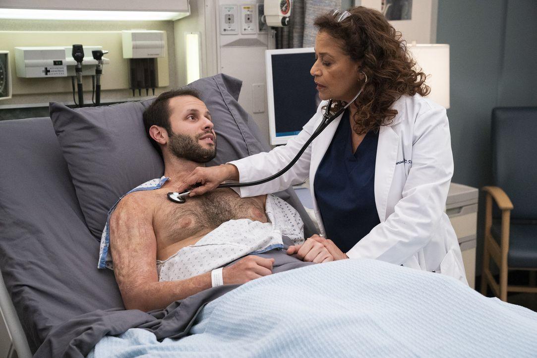 Caleb Hicks (Sommer Carbuccia, l.); Dr. Catherine Avery (Debbie Allen, r.) - Bildquelle: Mitch Haaseth ABC Studios