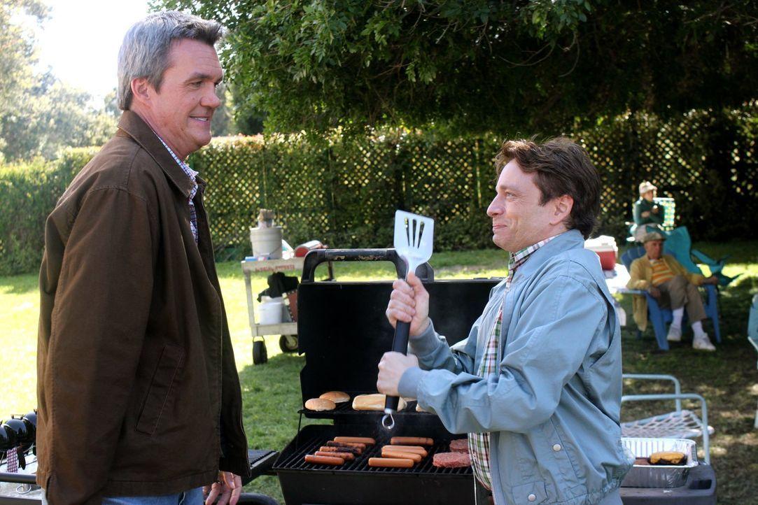 Sie bereiten sich auf die Grillparty des Jahres vor: Mike (Neil Flynn, l.) und Bob (Chris Kattan, r.) ... - Bildquelle: Warner Brothers