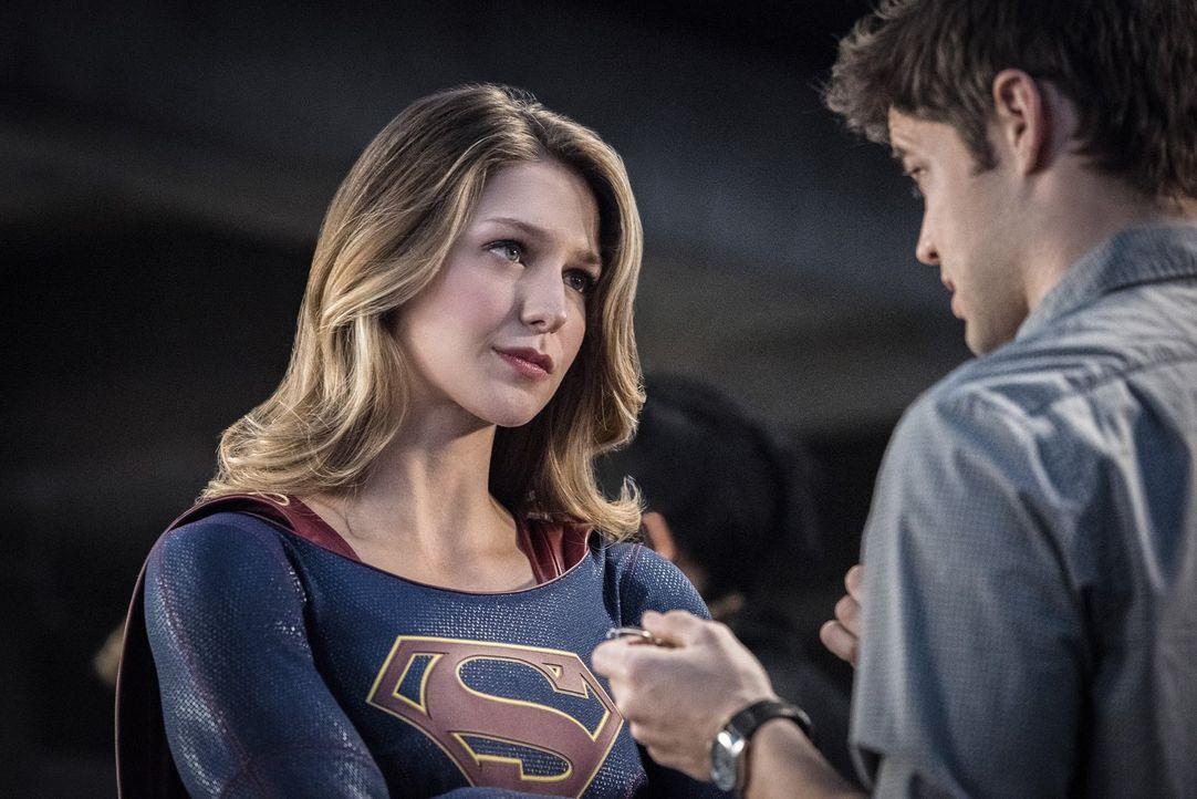 Werden Supergirl (Melissa Benoist, l.) und Winn (Jeremy Jordan, r.) Mon-El retten können? - Bildquelle: 2016 Warner Brothers