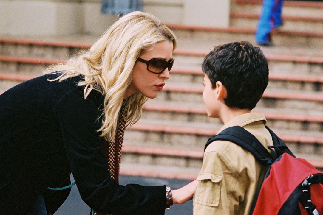 Eines Tages soll Julia Foster (Poppy Montgomery, l.), eine viel beschäftigte Fotografin, die Vormundschaft für den neunjährigen Waylon (Jeremy Be... - Bildquelle: Sony Pictures Television International. All Rights Reserved.