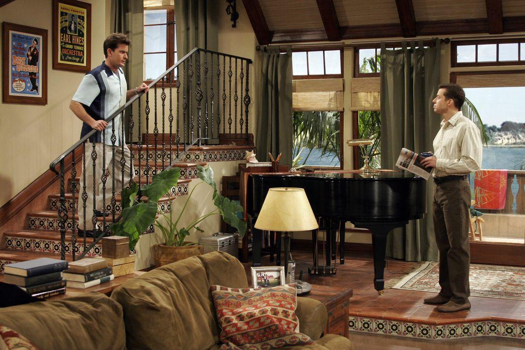 Sind sich nicht einig: Charlie (Charlie Sheen, l.) und Alan (Jon Cryer, r.) ... - Bildquelle: Warner Brothers Entertainment Inc.