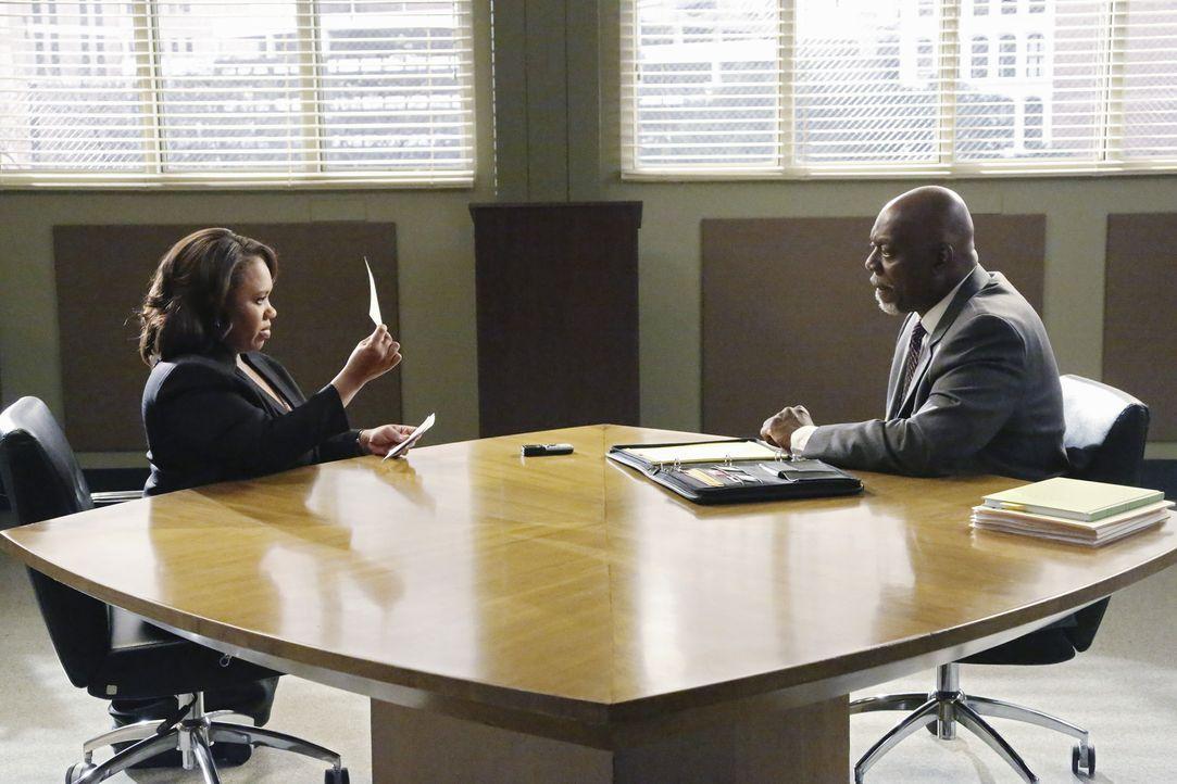 Bailey (Chandra Wilson, l.) wird beschuldigt, die Hauptverantwortliche für die Übertragung einer tödlichen Infektion zu sein und wird genauestens... - Bildquelle: ABC Studios