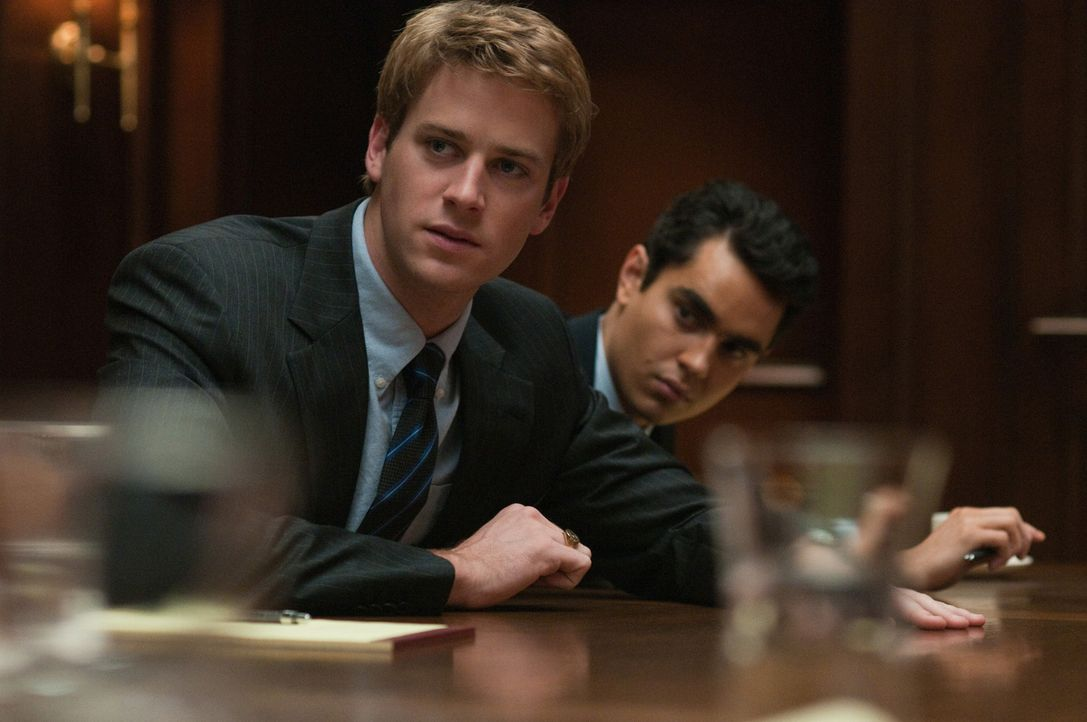 Die ebenfalls in Harvard studierenden Zwillinge Cameron (Armie Hammer, l.) und Tyler Winklevoss und ihr Kommilitone Divya Narendra (Max Minghella, r... - Bildquelle: 2010 Columbia Pictures Industries, Inc. and Beverly Blvd LLC. All Rights Reserved.