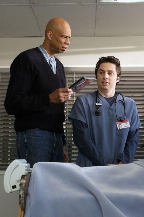 J.D. (Zach Braff, r.) macht die Bekanntschaft des ehemaligen Basketballstars Kareem Abdul-Jabbar (Kareem Abdul-Jabbar, l.) ... - Bildquelle: Touchstone Television