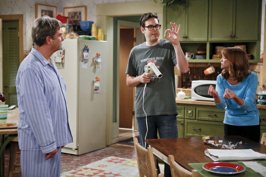 Debbie (Jayma Mays, r.) und Adam (Nelson Franklin, r.) fürchten um ihren Hausstand, den Tom (Beau Bridges, l.) immer häufiger nachhaltig schädigt... - Bildquelle: 2013 CBS Broadcasting, Inc. All Rights Reserved.