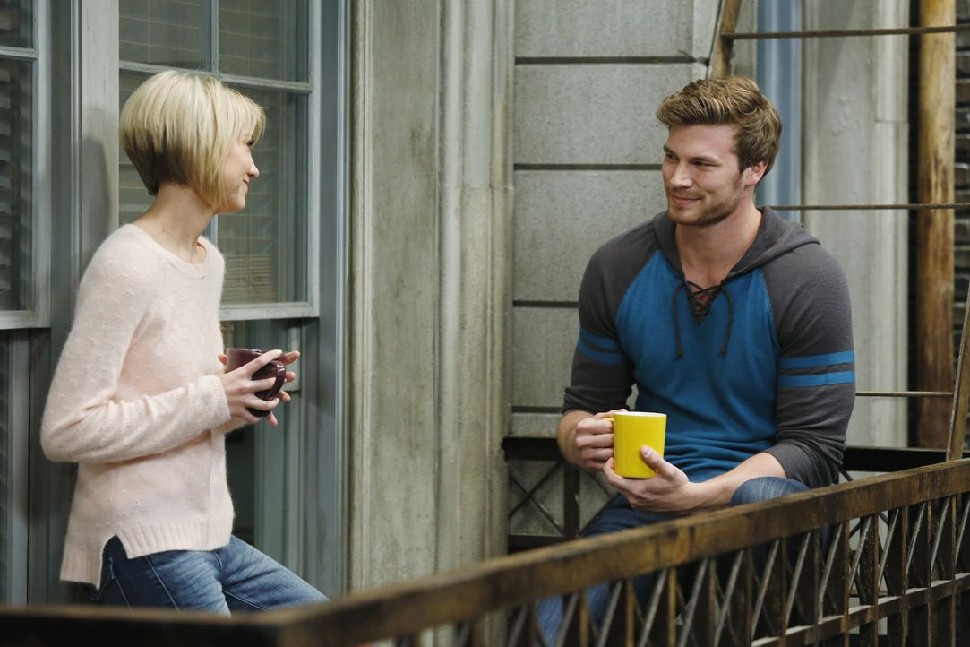 Während Ben und Tucker versuchen, Bonnie aus ihrer neuen Wohnung zu vertreiben, bittet Danny (Derek Theler, r.) Riley (Chelsea Kane, l.) um Rat ... - Bildquelle: Kelsey McNeal ABC Family