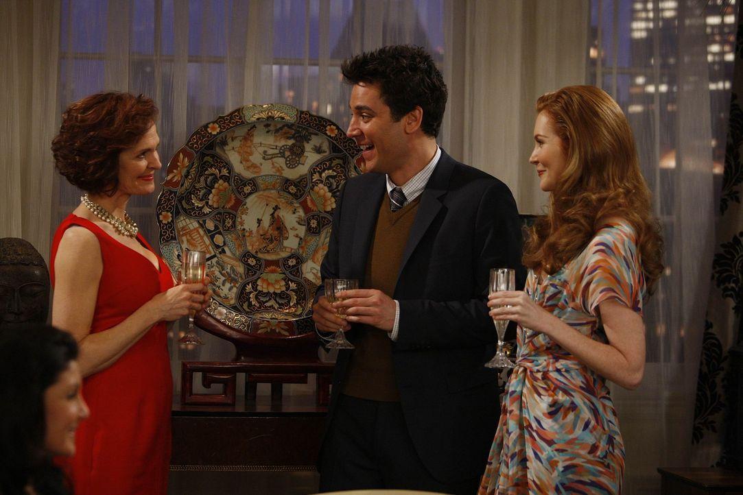 Zwischen Marla (Rebecca Klingler, l.) und Marissa (Darby Stanchfield, r.) fühlt sich Ted (Josh Radnor, M.) sehr wohl, während sich seine Freunde s... - Bildquelle: 20th Century Fox International Television