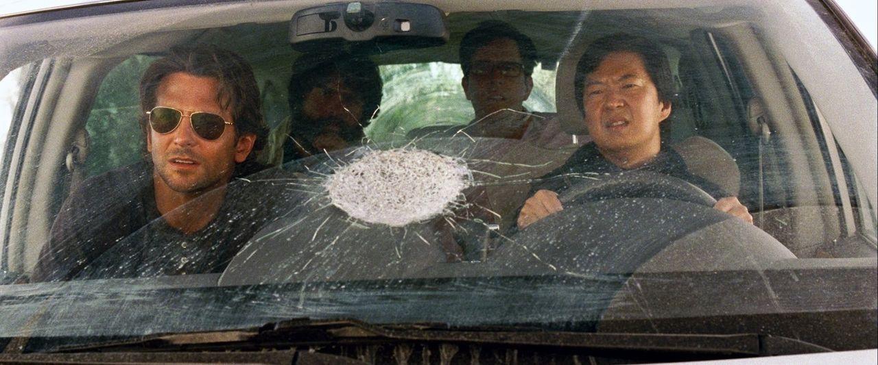 Unglücklicherweise vertrauen (v.l.n.r.) Phil (Bradley Cooper), Alan (Zach Galifianakis) und Stu (Ed Helms) den mit allen Wassern gewaschenem Mr. Cho... - Bildquelle: 2013 Warner Brothers