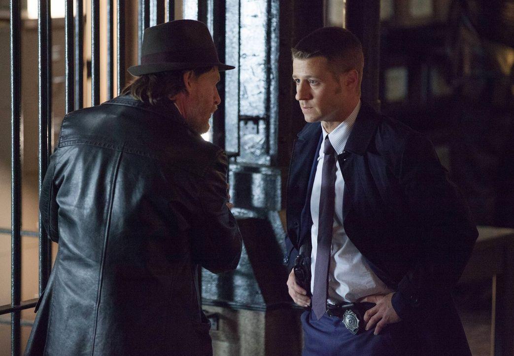 Bei den Ermittlungen in einem neuen Mordfall stoßen Gordon (Ben McKenzie, r.) und Bullock (Donal Logue, l.) auf eine lokale Finanzfirma, bei der mys... - Bildquelle: Warner Bros. Entertainment, Inc.