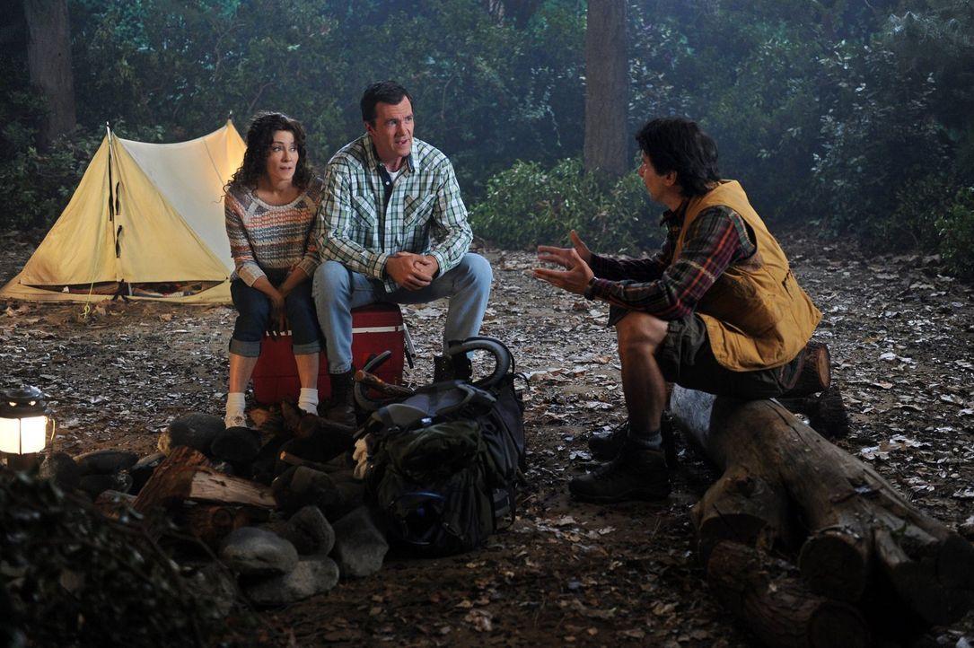 Ein Campingtrip mit ihren drei Kindern weckt in Frankie (Patricia Heaton, l.) und Mike (Neil Flynn, M.) Erinnerungen an ihre Flitterwochen. Denn dam... - Bildquelle: Warner Brothers
