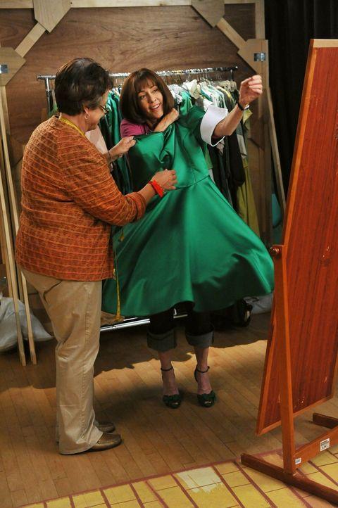 Frankie (Patricia Heaton, r.) darf eine Rolle in einer Musicalaufführung des Orson Community Theater übernehmen und ist darüber sehr glücklich. Ihre... - Bildquelle: Warner Brothers