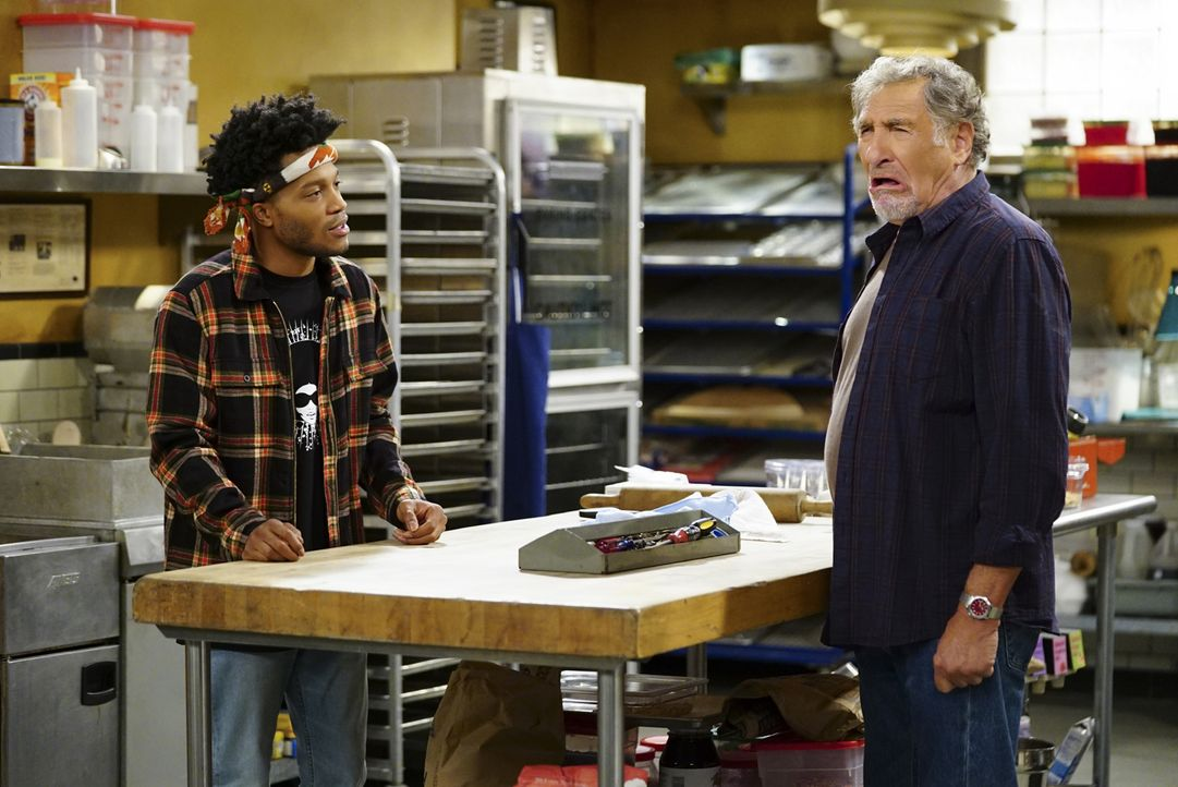 Franco (Jermaine Fowler, l.); Arthur (Judd Hirsch) - Bildquelle: Sonja Flemming 2017 CBS Broadcasting, Inc. All Rights Reserved.