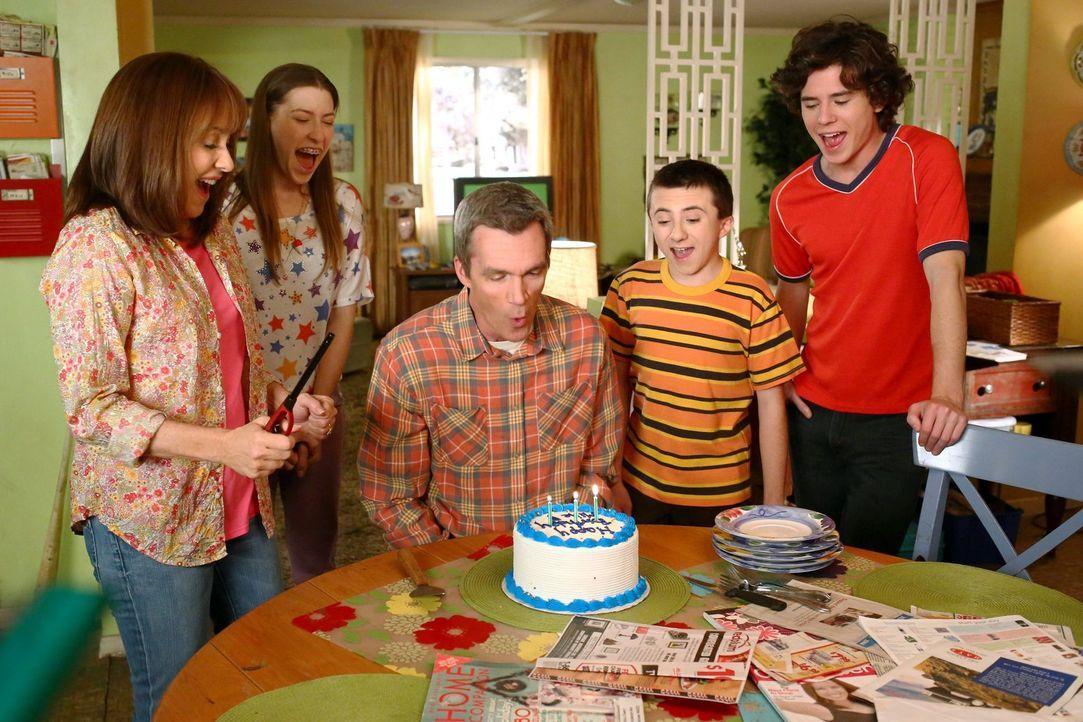 (v.l.n.r.) Frankie (Patricia Heaton); Sue (Eden Sher); Mike (Neil Flynn); Brick (Atticus Shaffer); Axl (Charlie McDermott) - Bildquelle: Warner Brothers