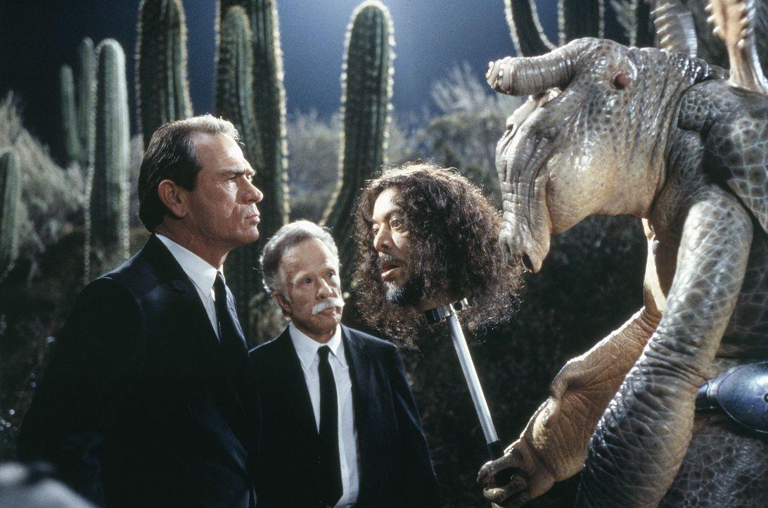 Gute Aliens, böse Aliens: Agent K (Tommy Lee Jones, l.) findet sie alle ... - Bildquelle: Columbia TriStar
