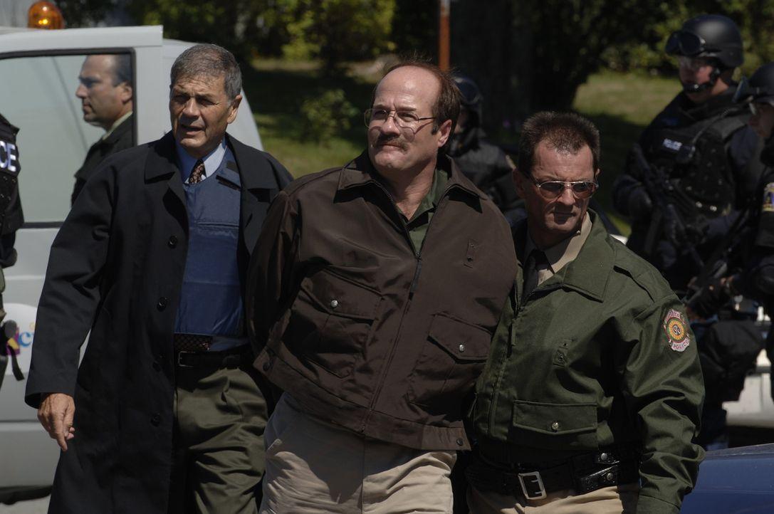 Nun liegt es an Detective Jason Magida (Robert Forster, l.) den Serienkiller Dennis Rader (Henry Gregg, M.) aus der Reserve zu locken, um ihn endlic... - Bildquelle: 2005 Sony Pictures Television Inc. All Rights Reserved.
