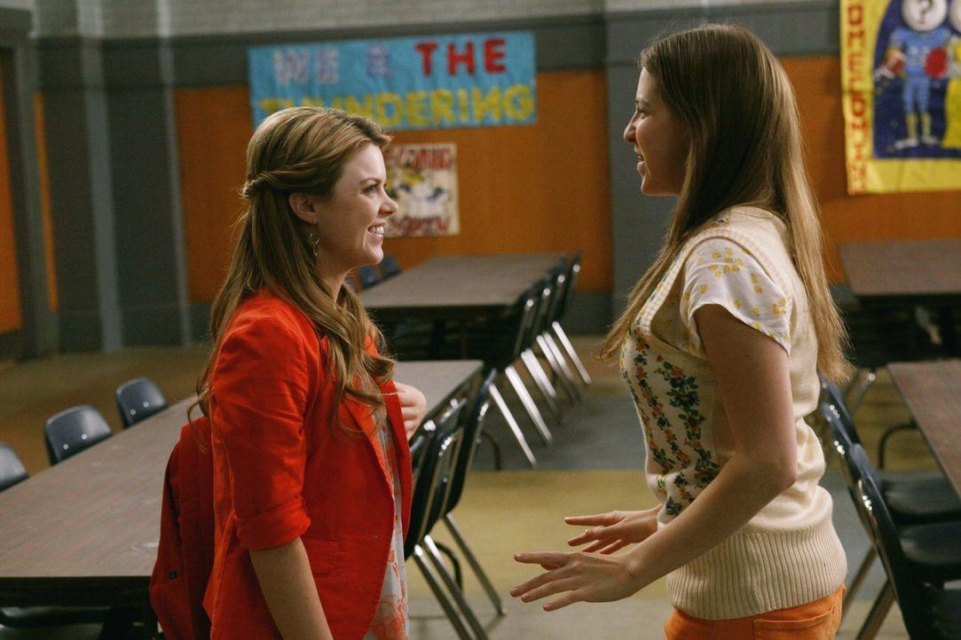 Sue (Eden Sher, r.) freut sich riesig, dass sie im neuen Schuljahr Mentorin für die Neuntklässlerin Jenna (Bailey De Young, l.) sein darf und hat sc... - Bildquelle: Warner Brothers