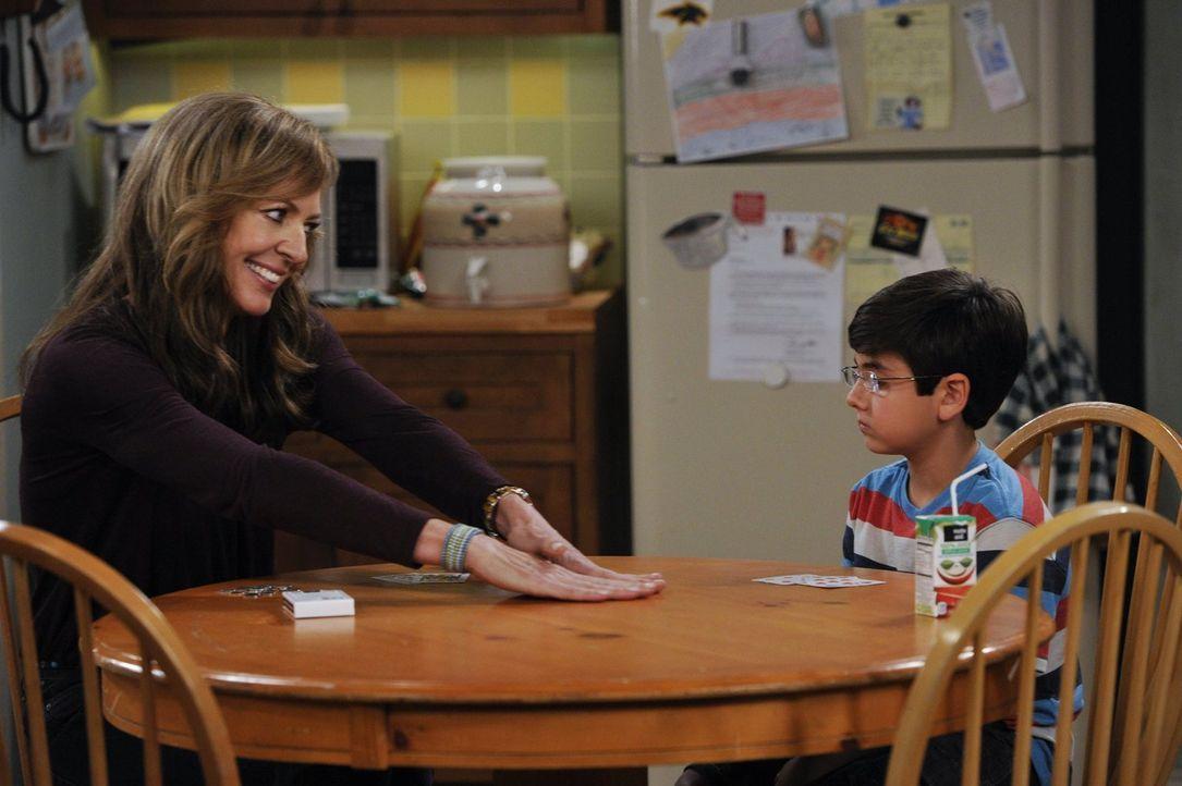 Während Christy nach langer Zeit endlich wieder ein Date hat, ist Bonnie (Allison Janney, l.) mit ihrem Enkel Roscoe (Blake Garrett Rosenthal, r.) a... - Bildquelle: Warner Brothers Entertainment Inc.