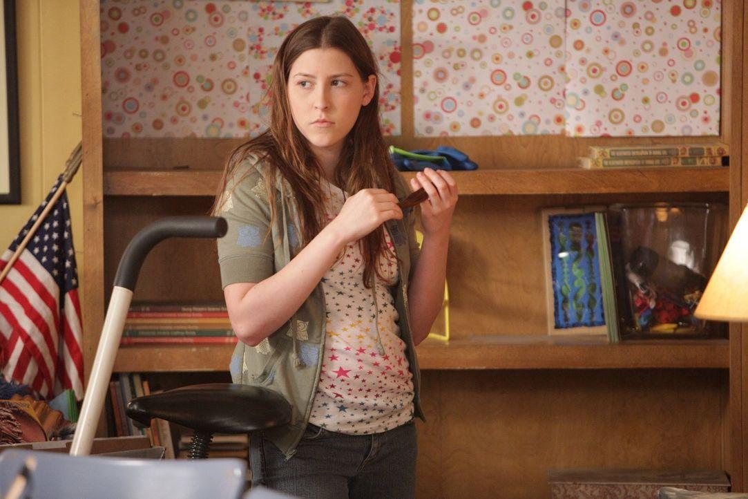 Beim Ausmisten stolpert Sue (Eden Sher) über ihre alten Lockenwickler, von denen sie sich einfach nicht trennen kann ... - Bildquelle: Warner Brothers