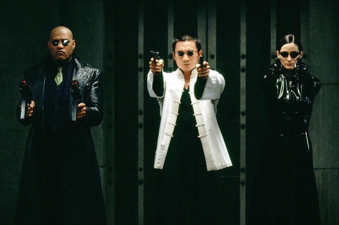 Weil Neo nach wie vor im Koma liegt, machen sich Morpheus (Laurence Fishburne, l.), Trinity (Carrie-Anne Moss, r.) und Seraph (Collin Chou, M.) auf... - Bildquelle: Warner Bros.