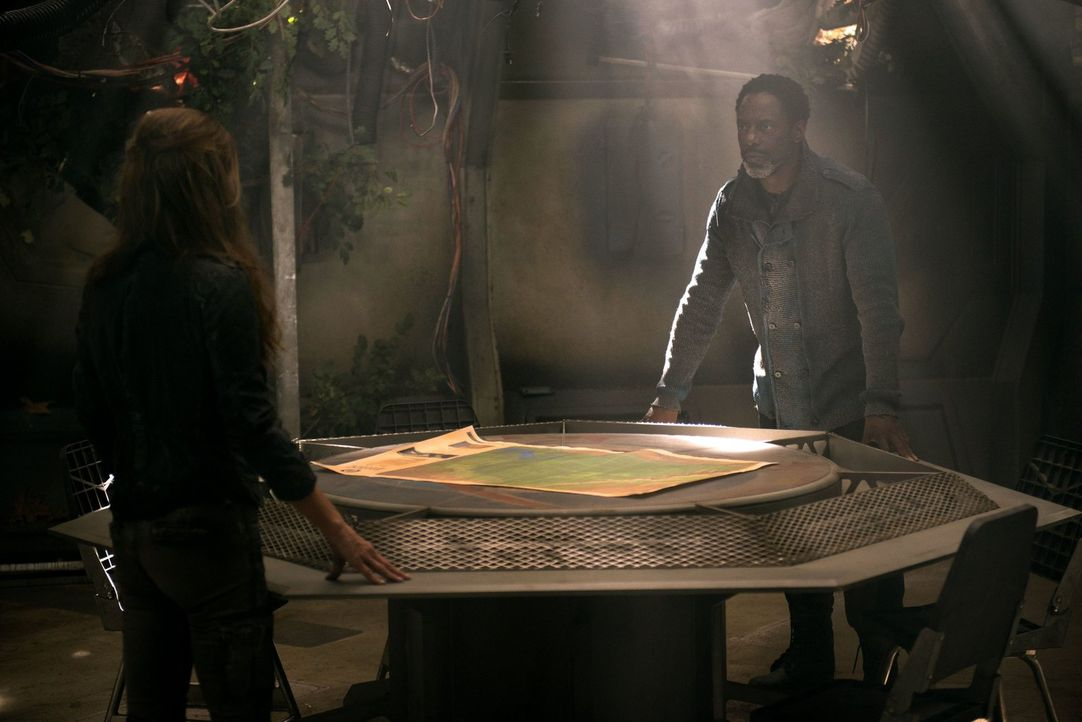 Während Jaha (Isaiah Washington, r.) seine Leute zur Flucht auffordern will, gibt Abi (Paige Turco, l.) nicht so einfach auf ... - Bildquelle: 2014 Warner Brothers