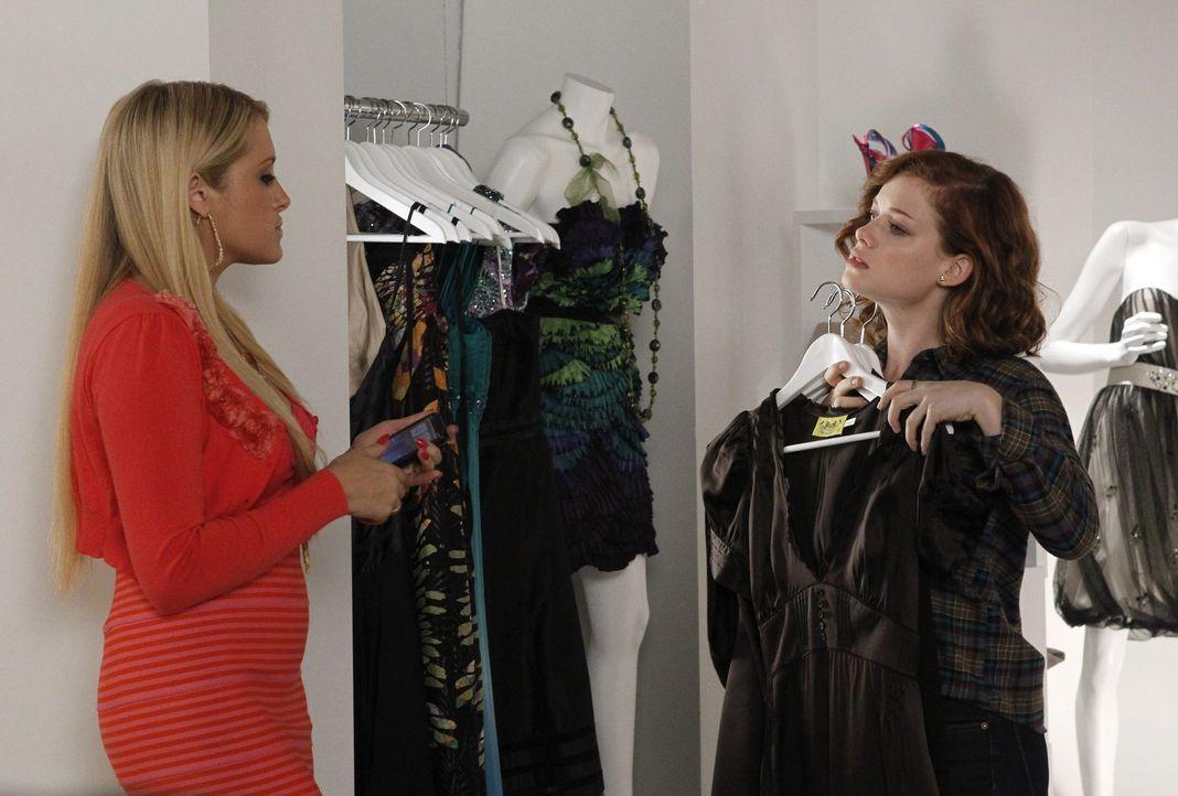 Als Dallas erfährt, dass Tessa (Jane Levy, r.) ihren 16. Geburtstag zu Hause mit Freunden, einem Film und Pizza verbringen möchte, kann sie es kau... - Bildquelle: Warner Bros. Television