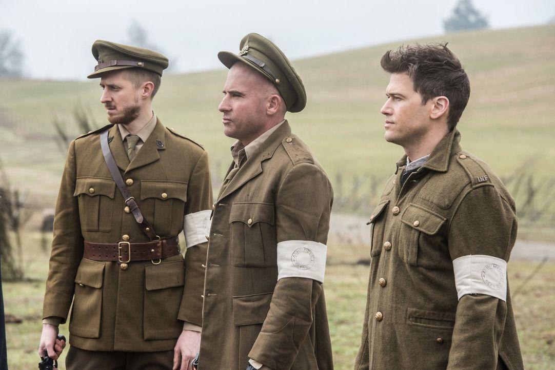 Zurück im Jahre 1916 wollen Rip (Arthur Darvill, l.), Mick (Dominic Purcell, M.) und Nate (Nick Zano, r.) verhindern, dass die Legion des Bösen jema... - Bildquelle: Warner Brothers
